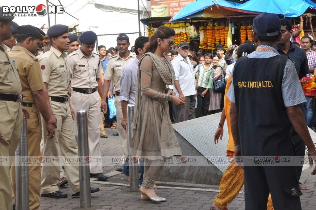 Deepika Padukone Visited Lord Ganesha Siddhivinayak Temple AcfWY2SV