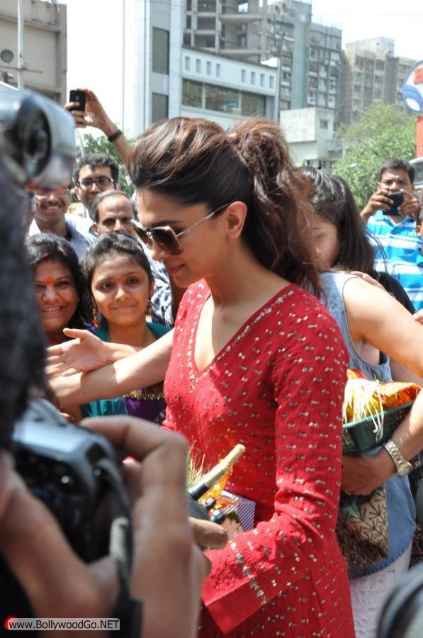 Deepika Padukone at Siddhivinayak Temple Pictures Adk8glFI