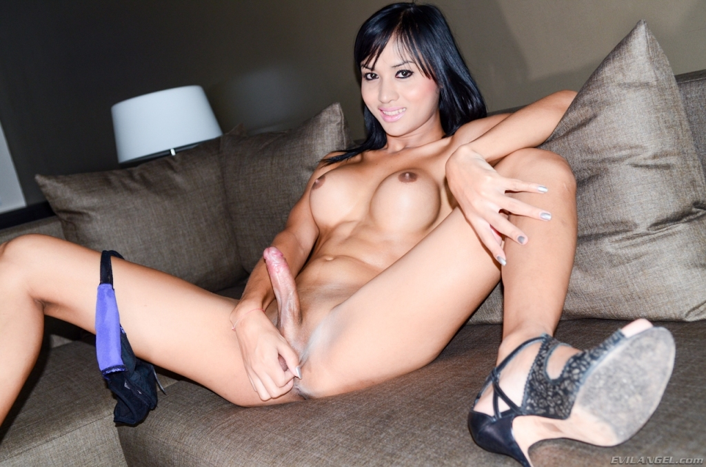 Trava asiática jovencita modelando