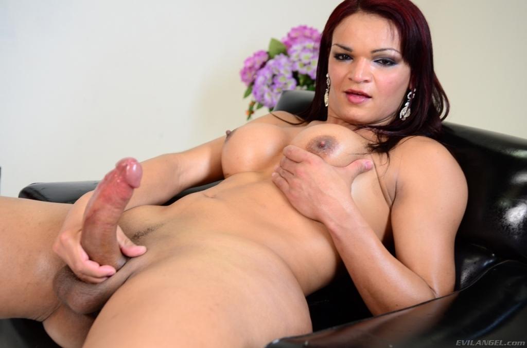 Bella trava se masturba hasta venirse