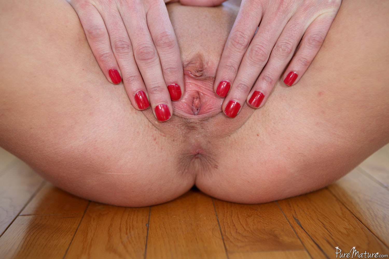 Silvia Saig - la milf flaca muestra su conchita maravillosa
