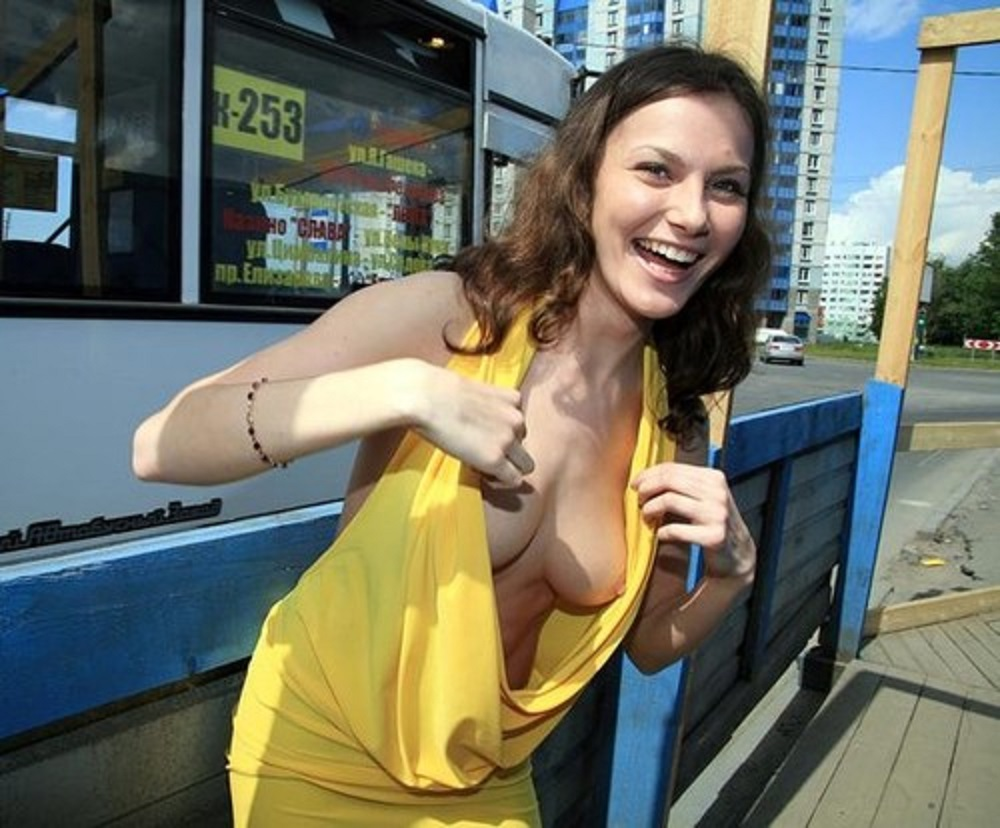 видео девушка на улице засветила грудь стал