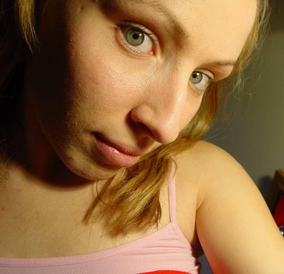 Rubia, ojos de jade, pezones rosados, conchi sutil