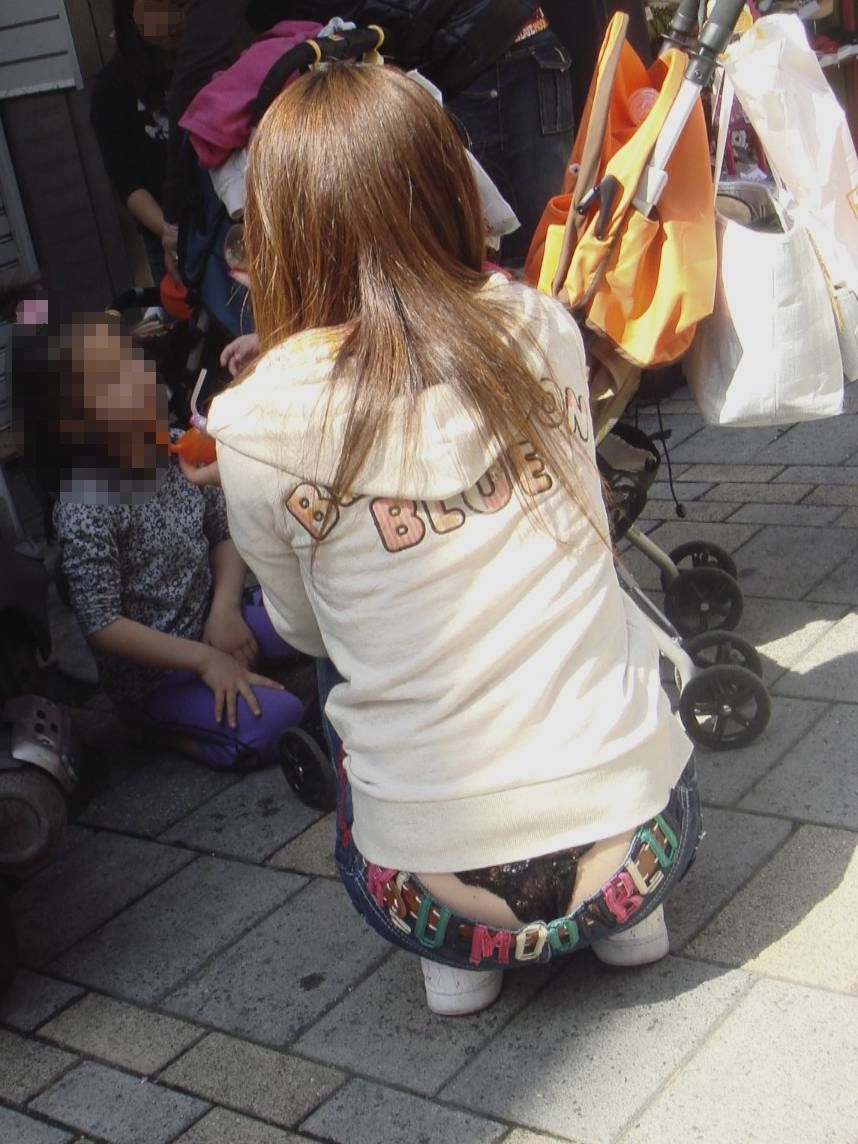 パンツ見えても尻丸出しでも構わないローライズ女子画像part1