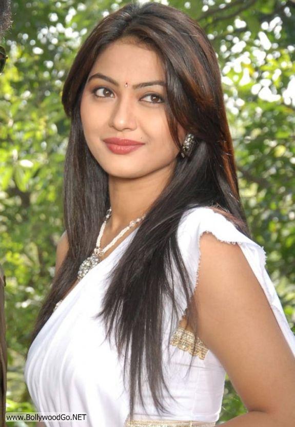 Actress Kumkum Cute Pics in White Saree Aczrk0wb