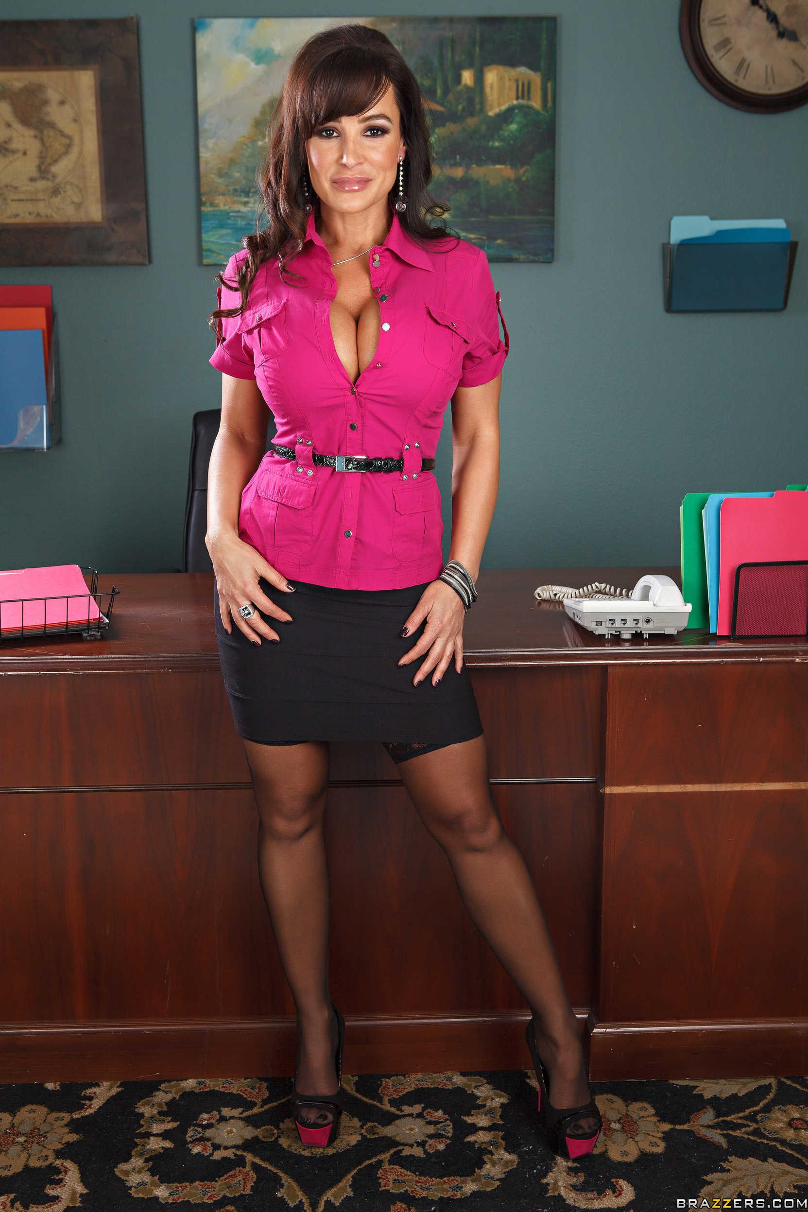Lisa Ann muestra su conchita increible en la oficina