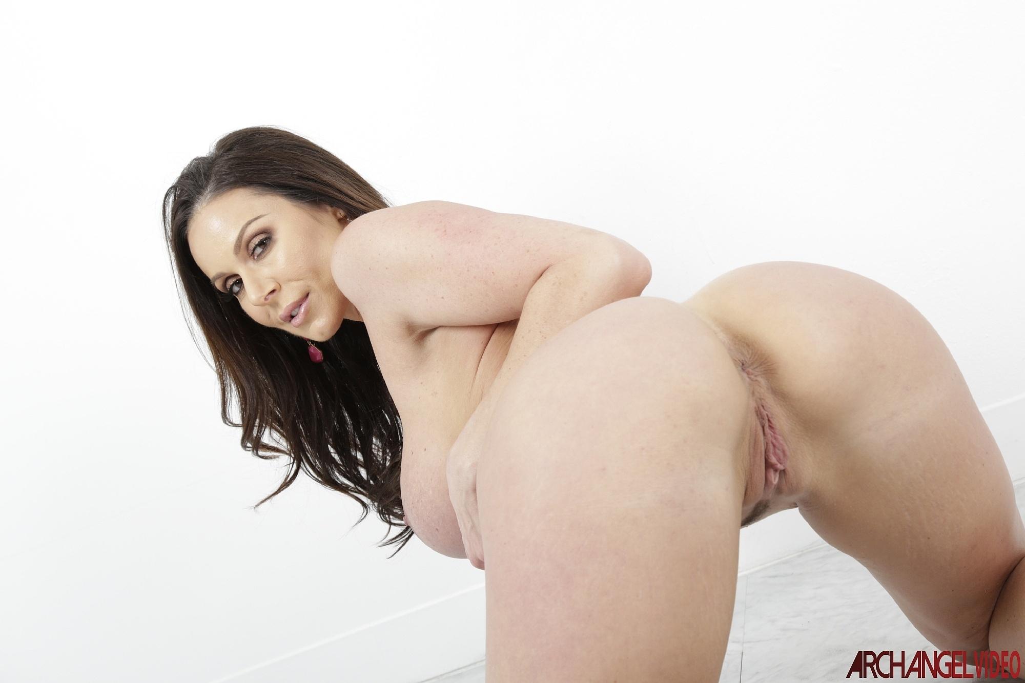 kendra Lust muestra su conchita fenomenal