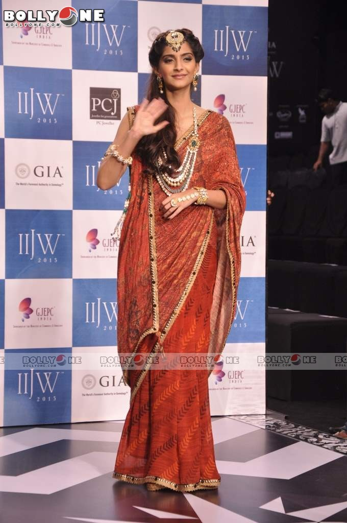 Sonam Kapoor Walks the Ramp at IIJW Grand Finale 2013 16 images  Adif8114
