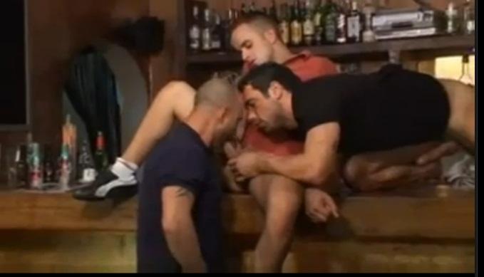 en un bar gay.