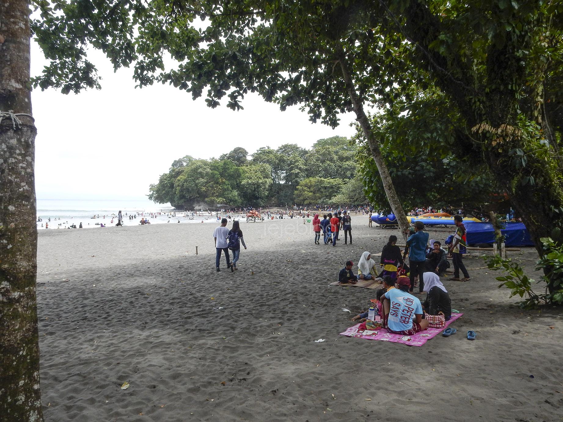 bersantai di pantai batukaras