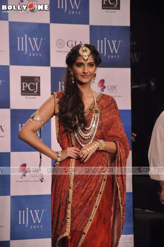 Sonam Kapoor Walks the Ramp at IIJW Grand Finale 2013 16 images  Adp9M22s