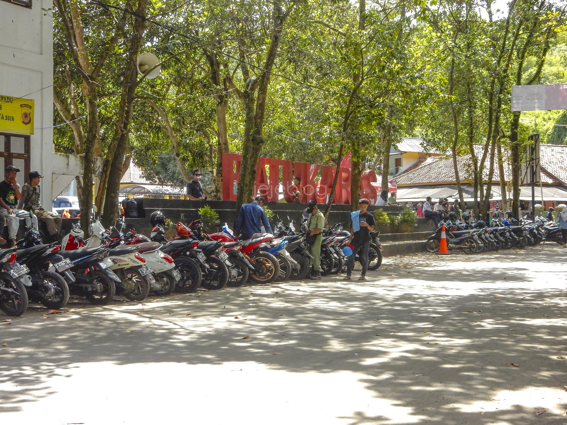 area parkir di pantai batukaras