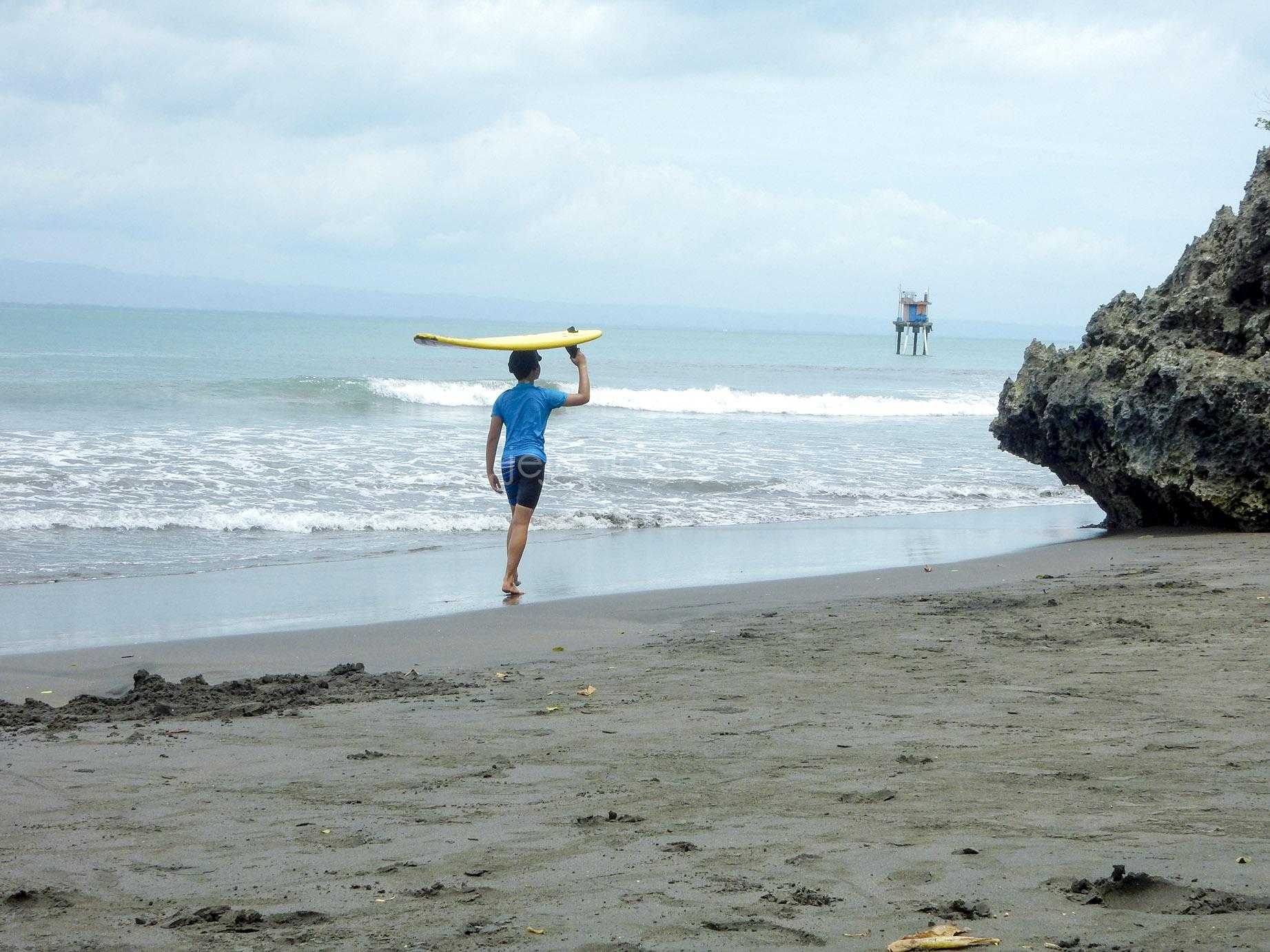 bermain surfing di pantai batukaras
