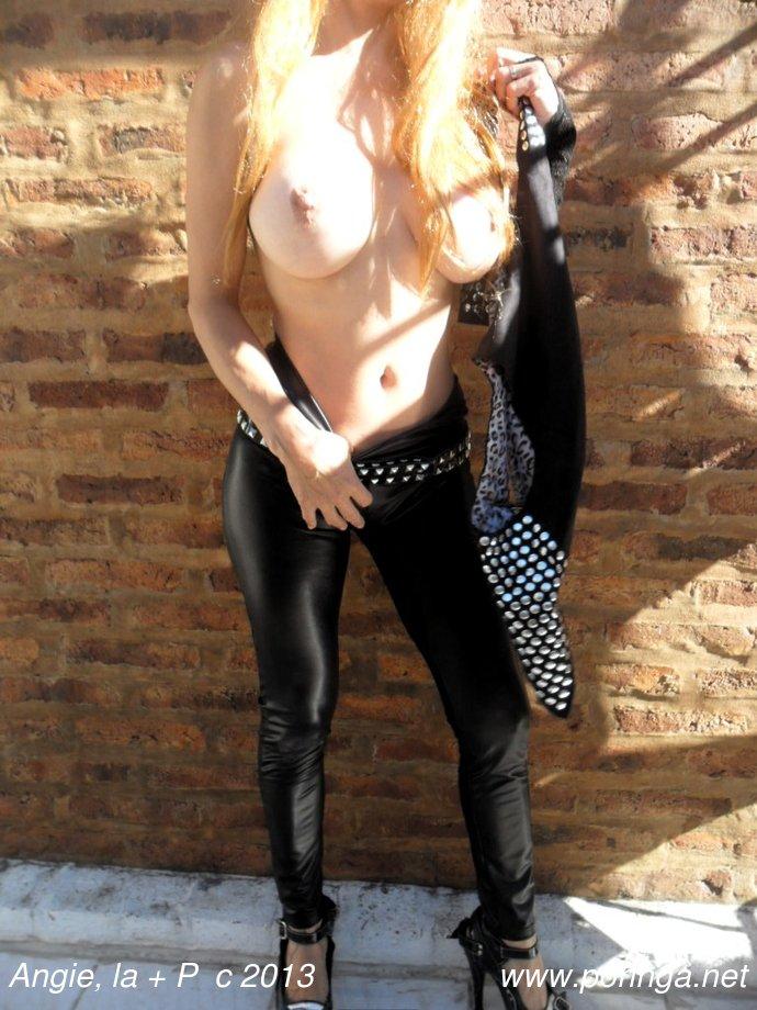 Angie rockea con calzas negras y tachas