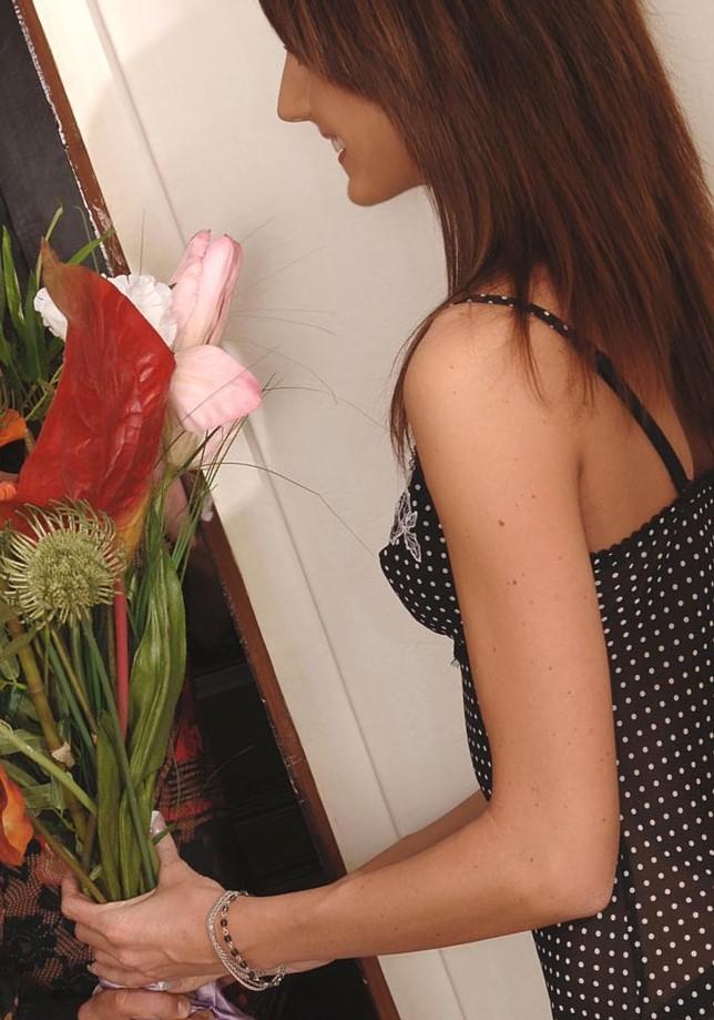 Josette Most recibe flores y una verga por su boca