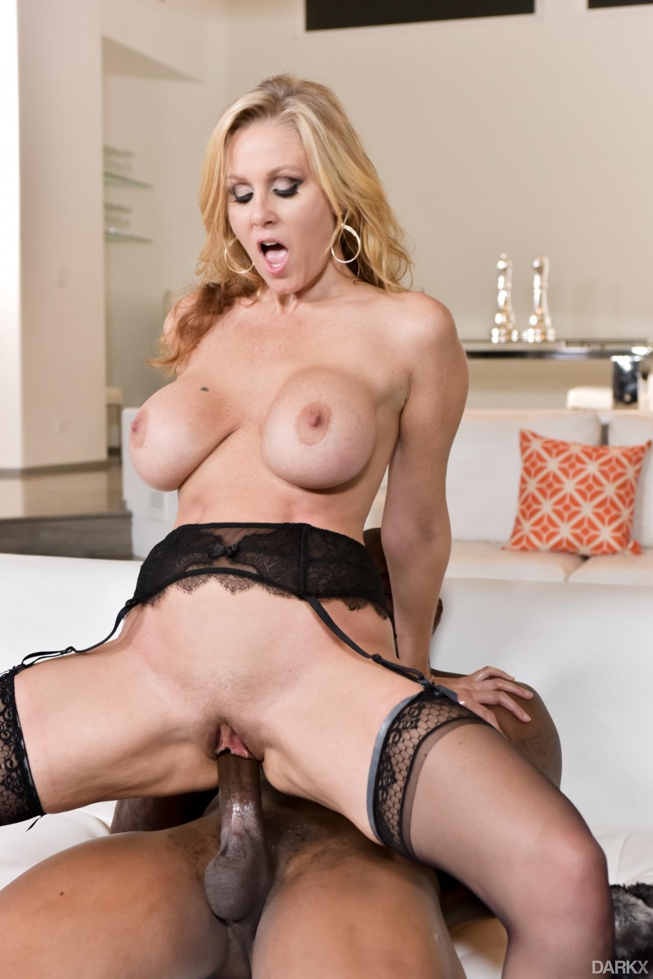 A Julia Ann le encanta el sexo interracial