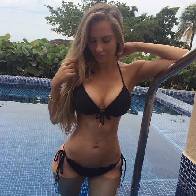 La estrella porno Hollie Stevens tiene un culo jugoso