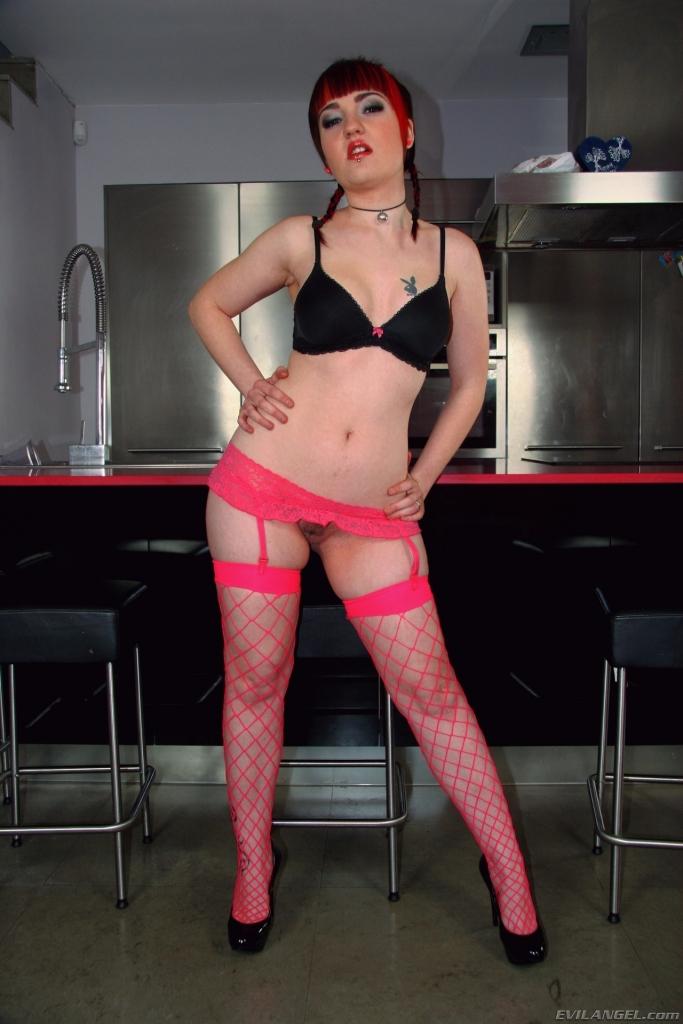 Chica con medias de red rosas follando