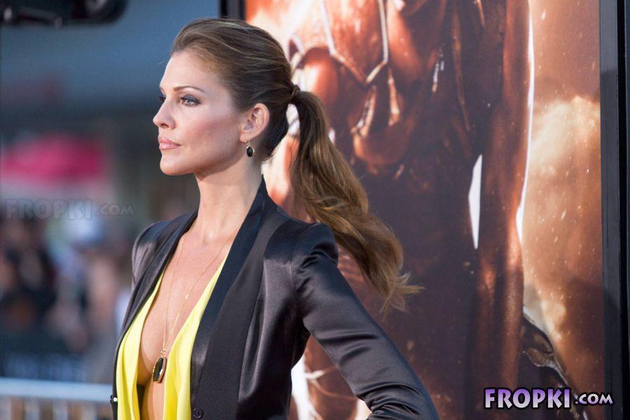 Tricia Helfer - Riddick Premiere in Los Angeles AcvkTZ9y