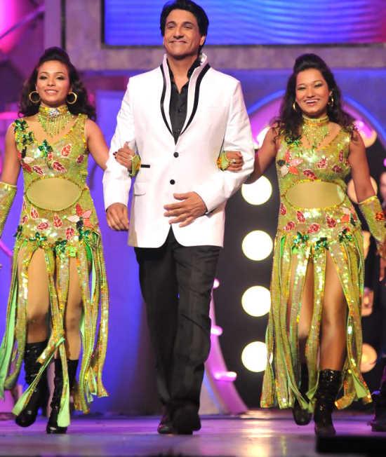 Malaika, Sonakshi, and Other Celebs at the 'Pantaloons Femina Miss India 2011' Finale AbkbNXV4