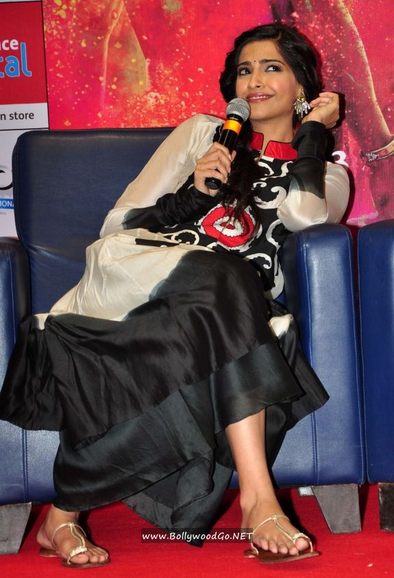 Sonam Kapoor and Dhanush at Reliance Digital Gallery Acn8WOLZ