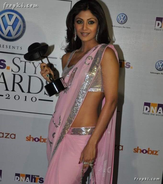 Shilpa Shetty hot sexy in pink saree at DNA Awards AdjrQC0P