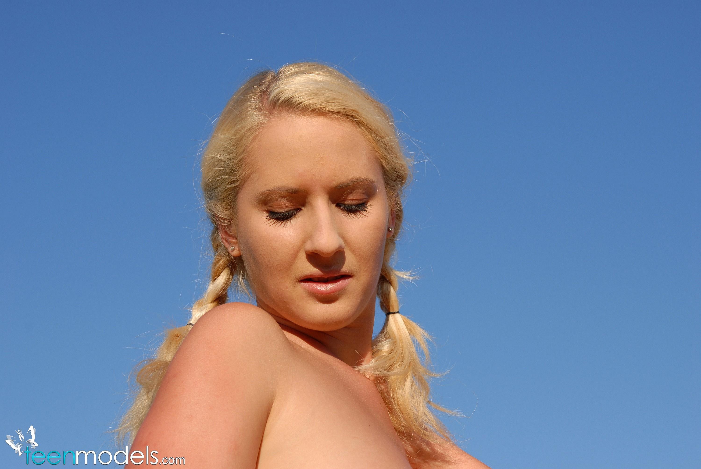 Fiesta lébica de tres lindas al aire libre (Puño vaginal)
