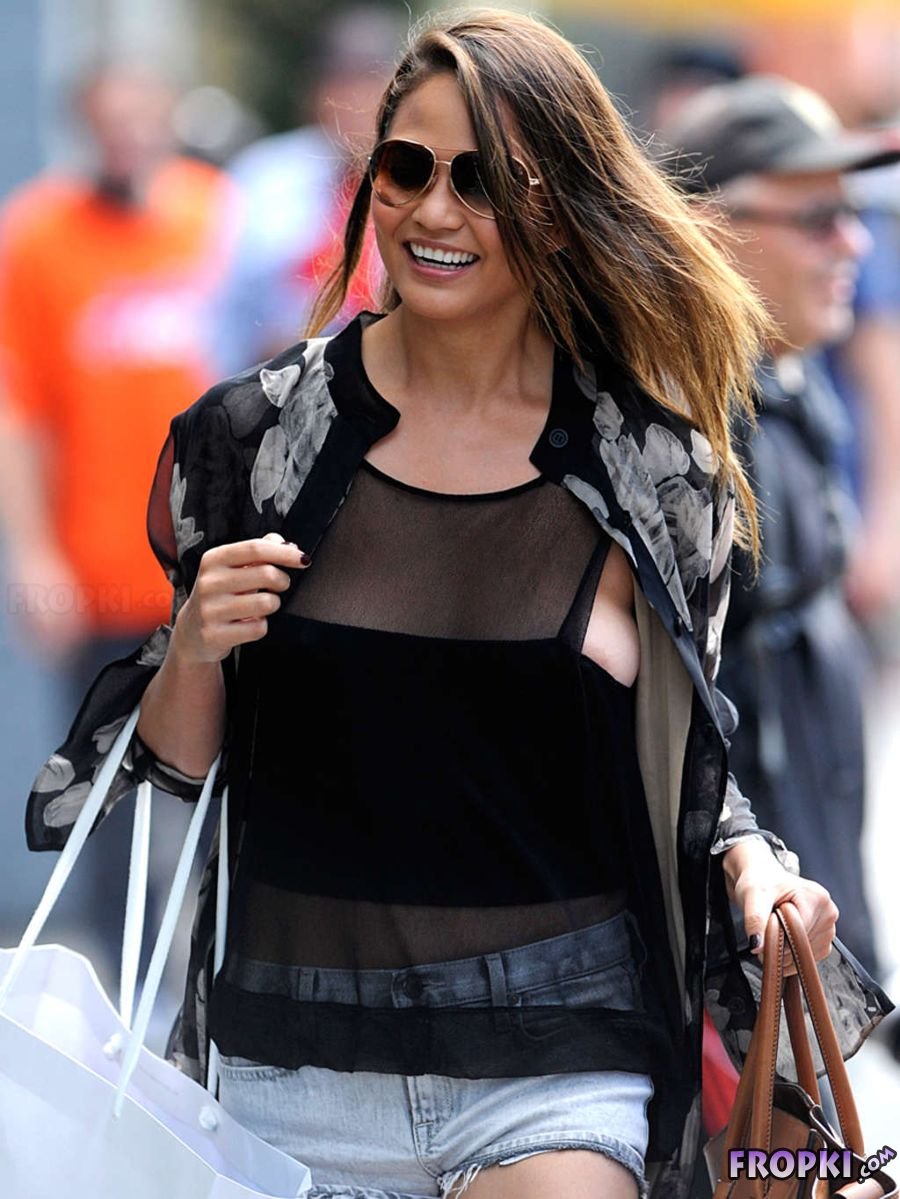 Chrissy Teigan - Seen Out in New York City Abm7apiY