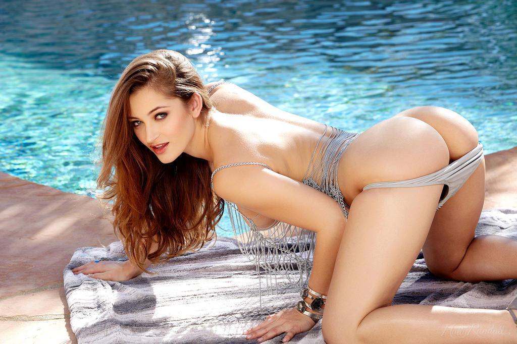 Hermosa chica morena en la piscina
