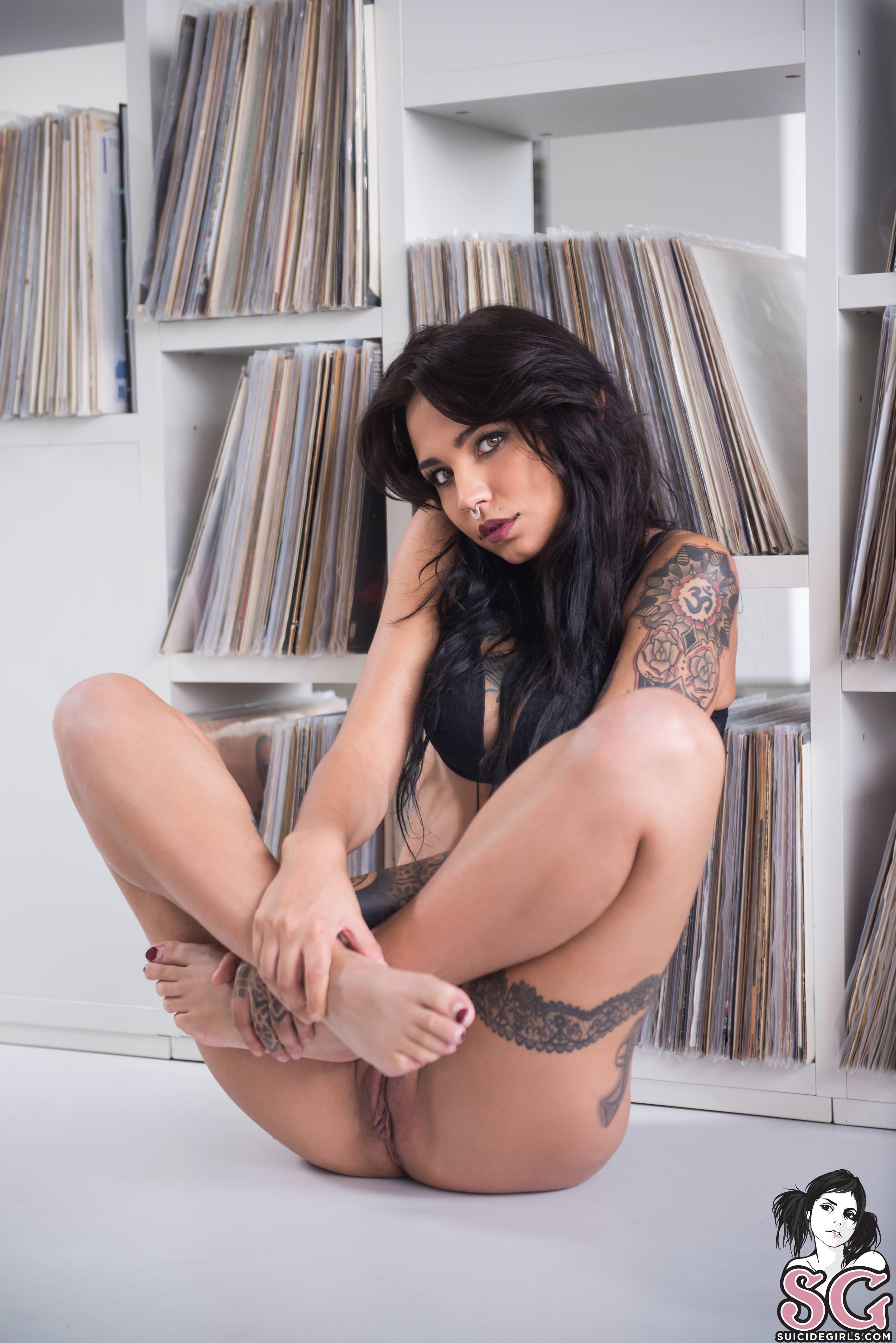 Ella muestra su pussy y los hombres se pajean
