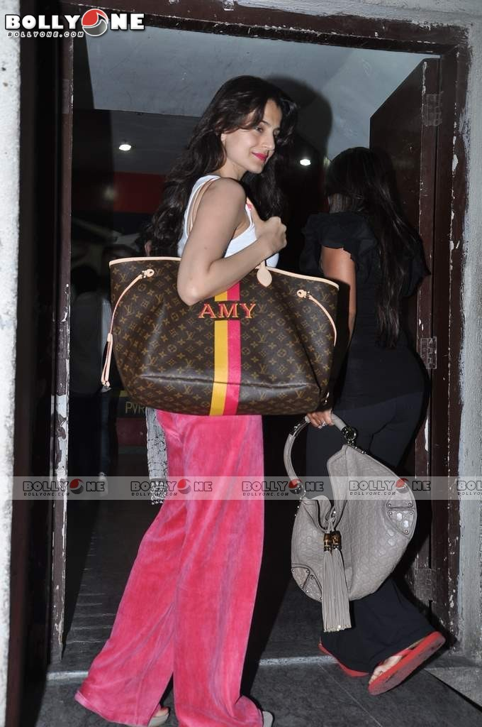 Ameesha Patel and Bipasha Basu Spotted at PVR Juhu AdklK96y
