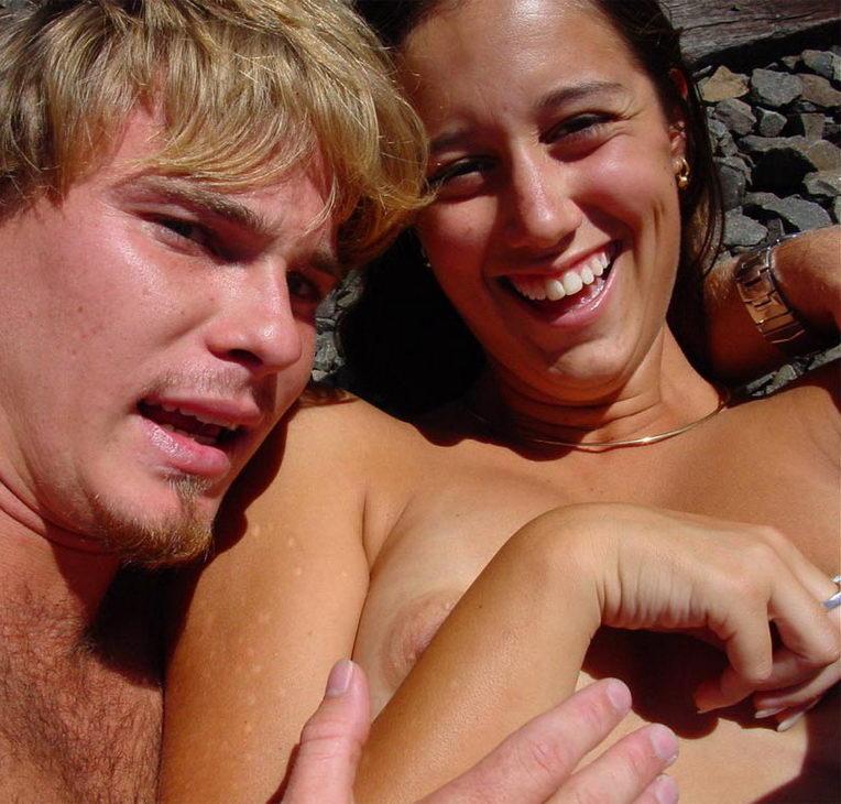 abbxRBGN Linda pareja amateur, desnudos en las vías (3 puntos)