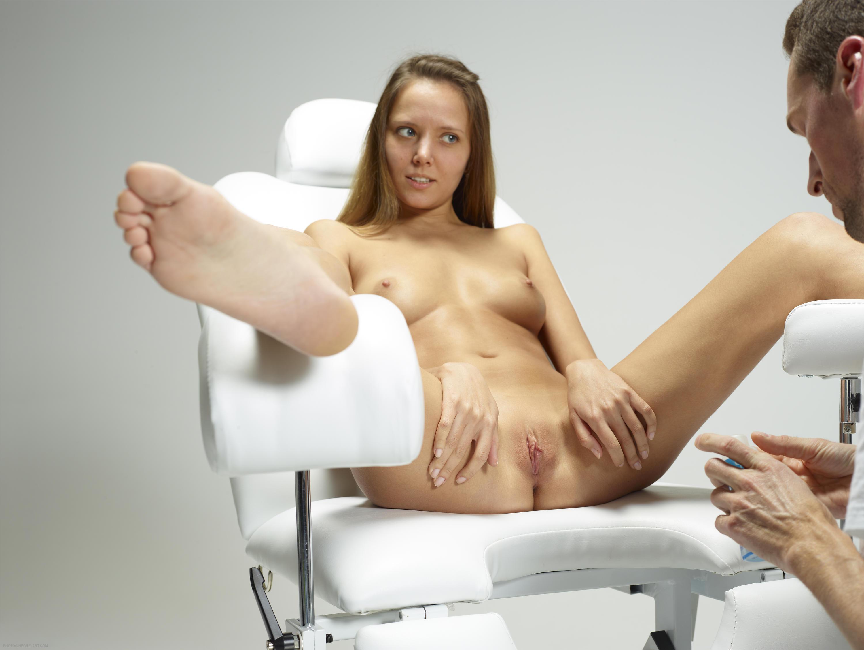 Фото молодой девушки на стуле у гинеколога