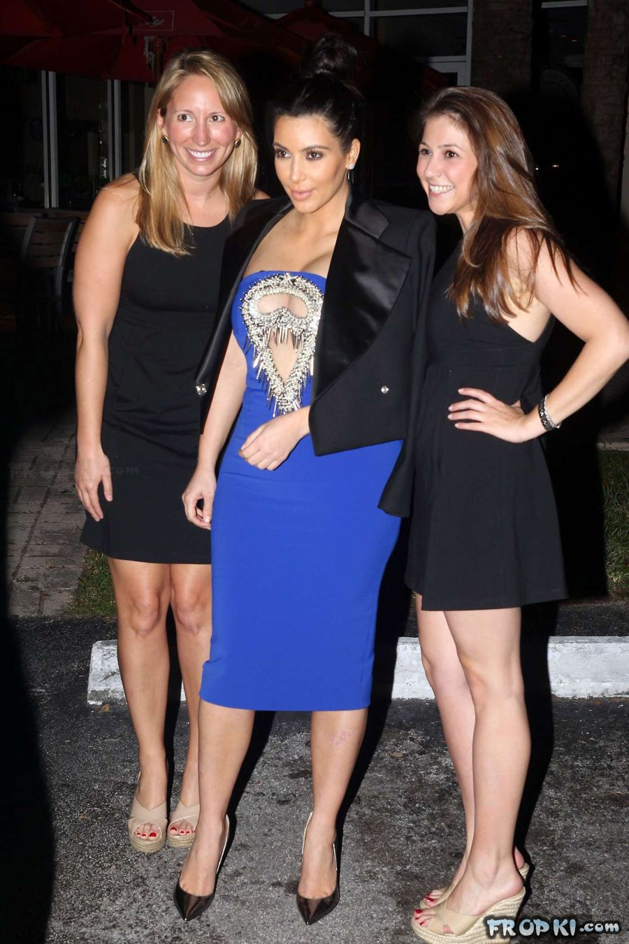 Pregnant Kim Kardashian steps out for dinner AcdxNXqc
