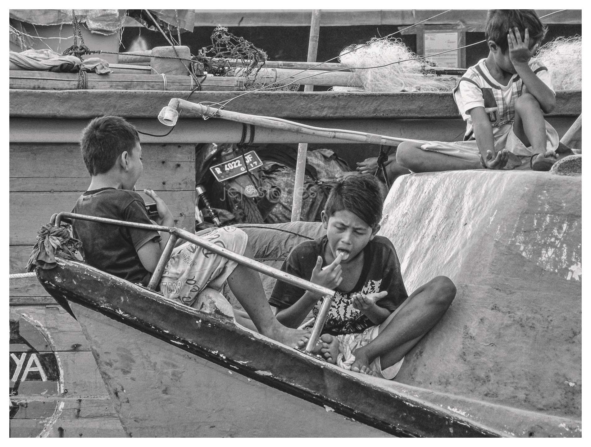 menikmati sore ala anak perkampungan nelayan cilacap