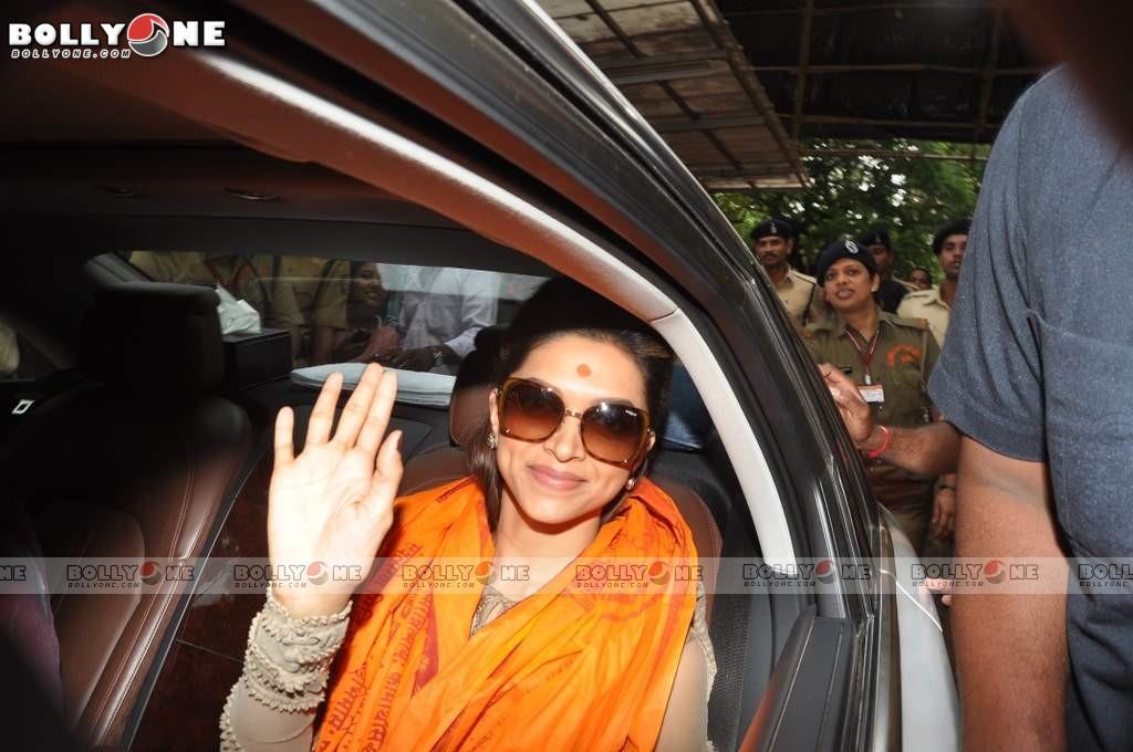 Deepika Padukone Visited Lord Ganesha Siddhivinayak Temple AdqVEDa9