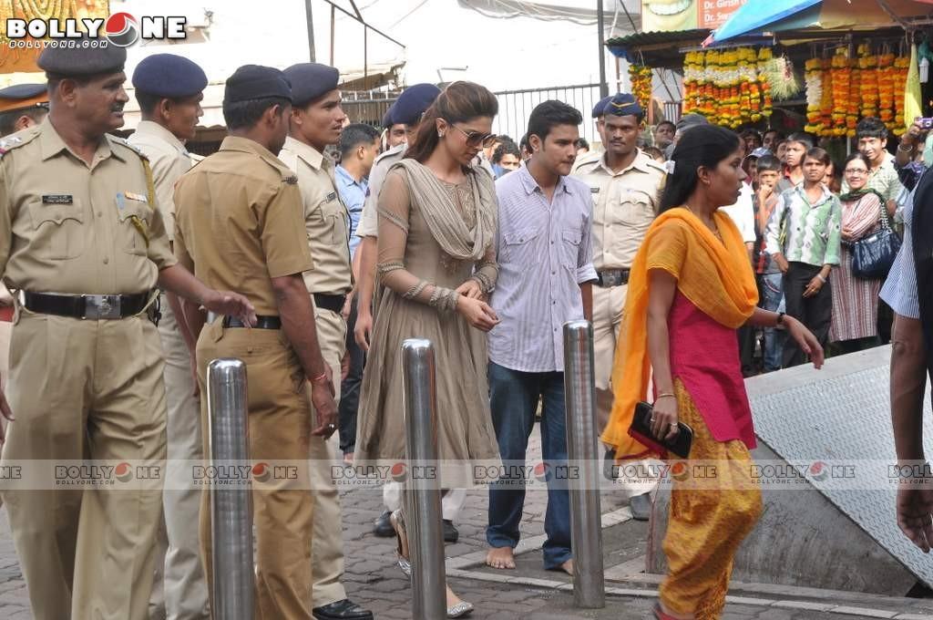 Deepika Padukone Visited Lord Ganesha Siddhivinayak Temple AbwxnJgn