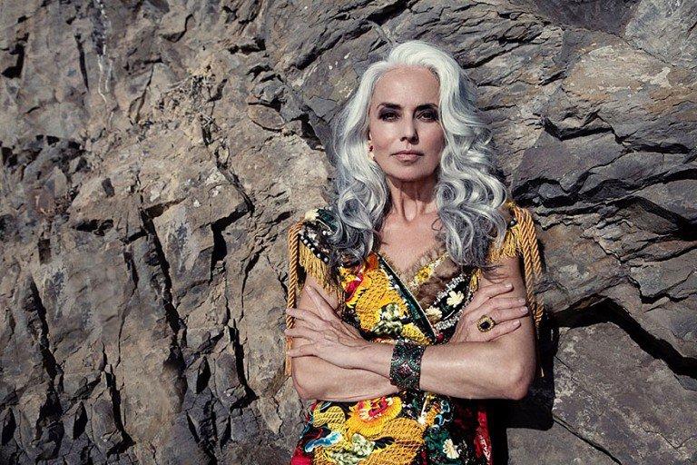 Ella es modelo y tiene 59 años