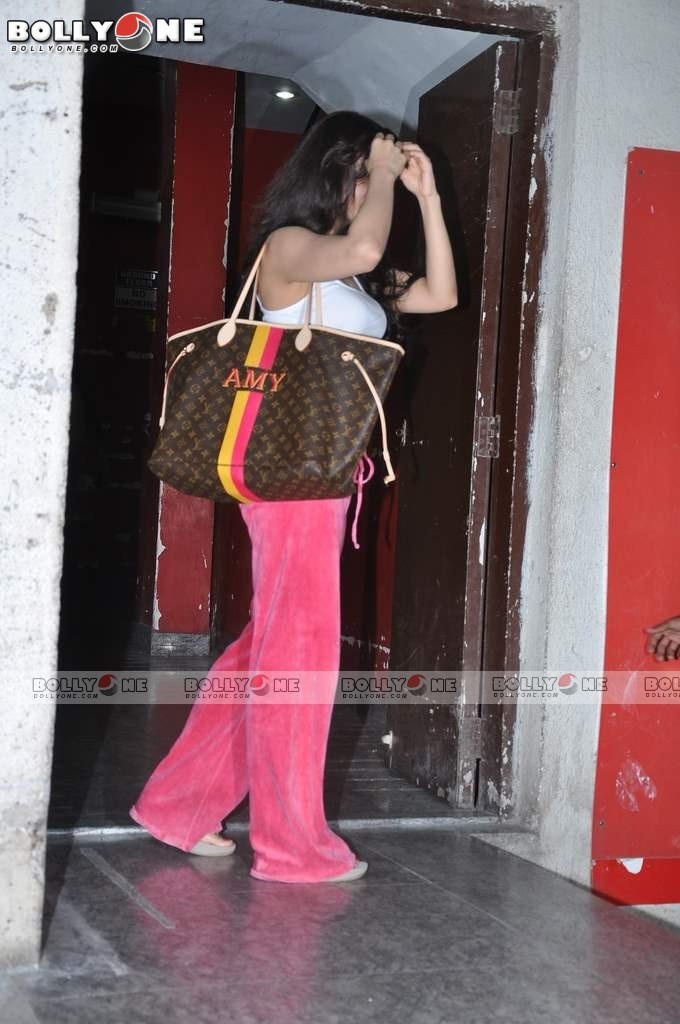 Ameesha Patel and Bipasha Basu Spotted at PVR Juhu AbuCjUoZ