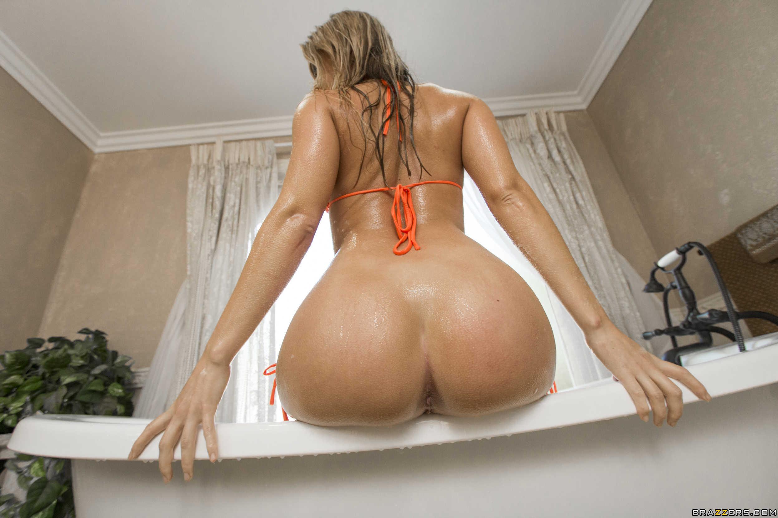 pornstar Candice Dare muestra su culazo increible en el baño