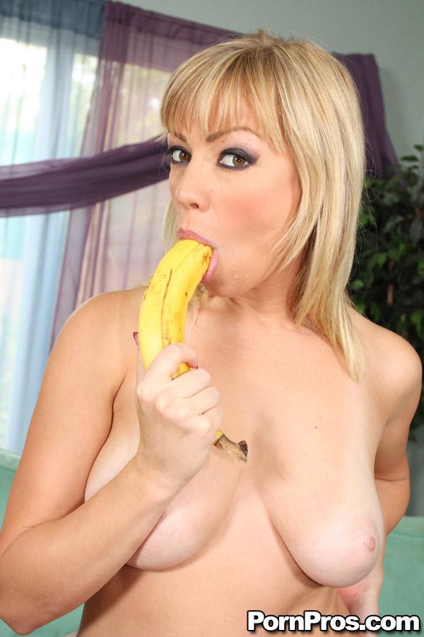 A Adrianna Nicole - garganta profunda con banano salchicha