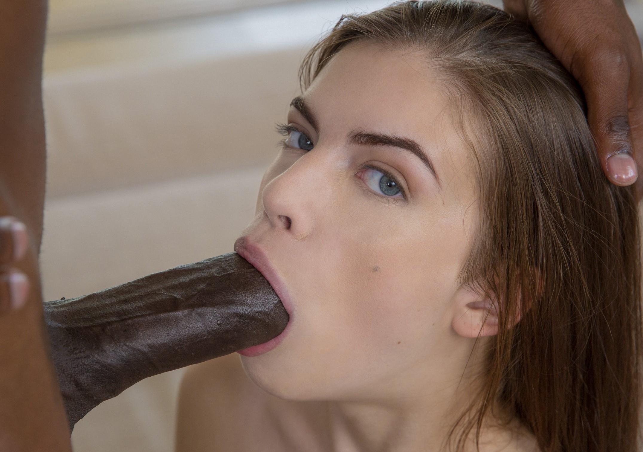 Zoe Wood disfruta de una verga grande (interracial)