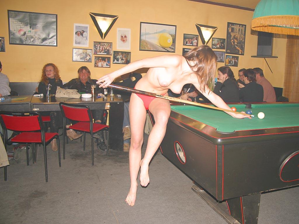 Chicas haciendo deportes desnudos