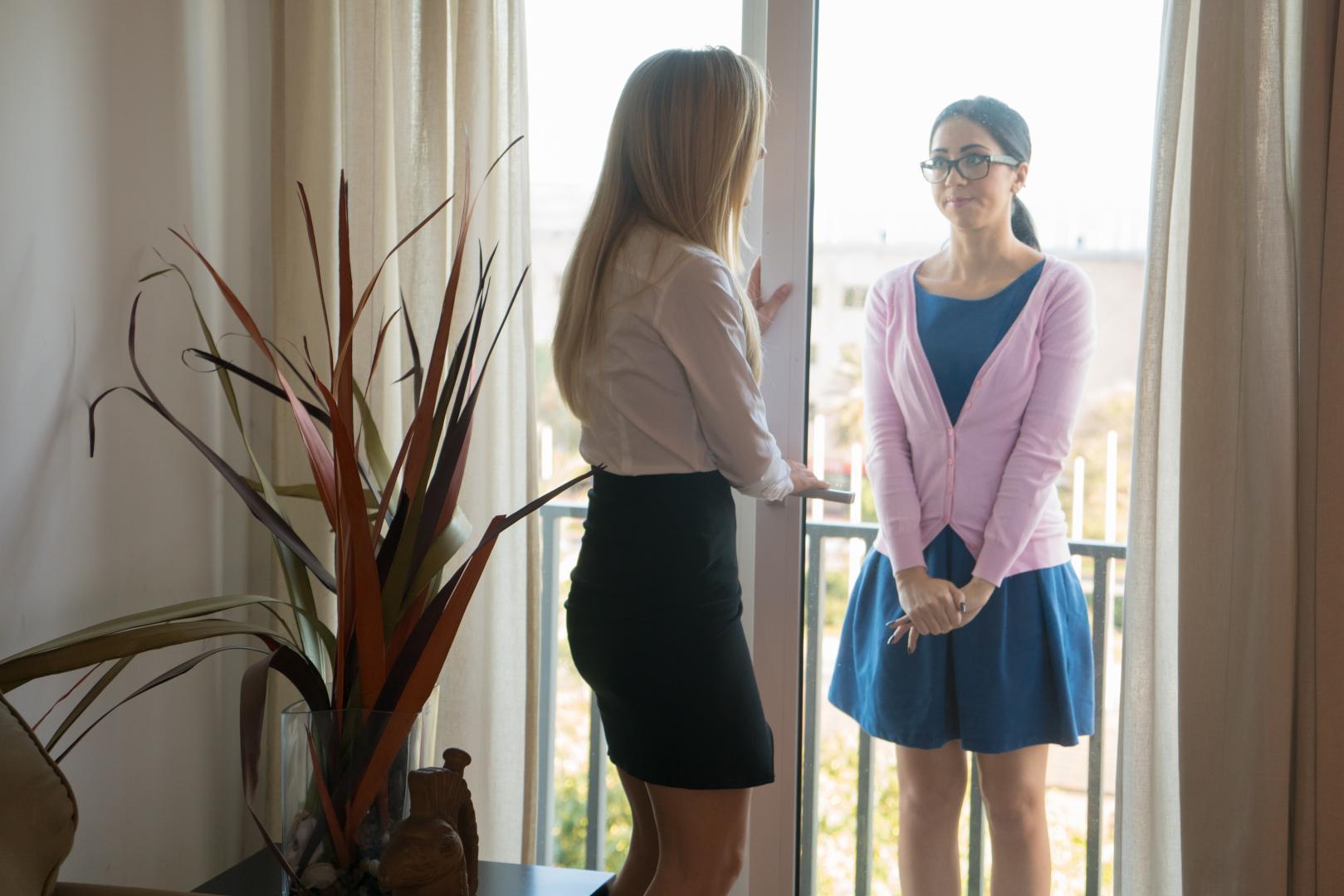 Julia De Lucia y Sicilia - dos chicas comparten una verga