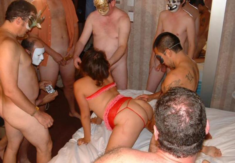Толпа мужиков жестко ебут шлюху 7 фотография