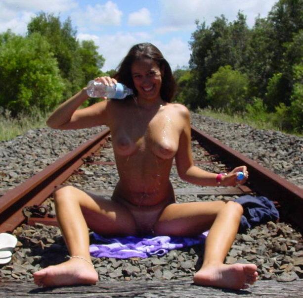 abmJFhMv Linda pareja amateur, desnudos en las vías (3 puntos)