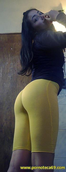 Pendeja con calzas amarillas nos muestra su culazo!