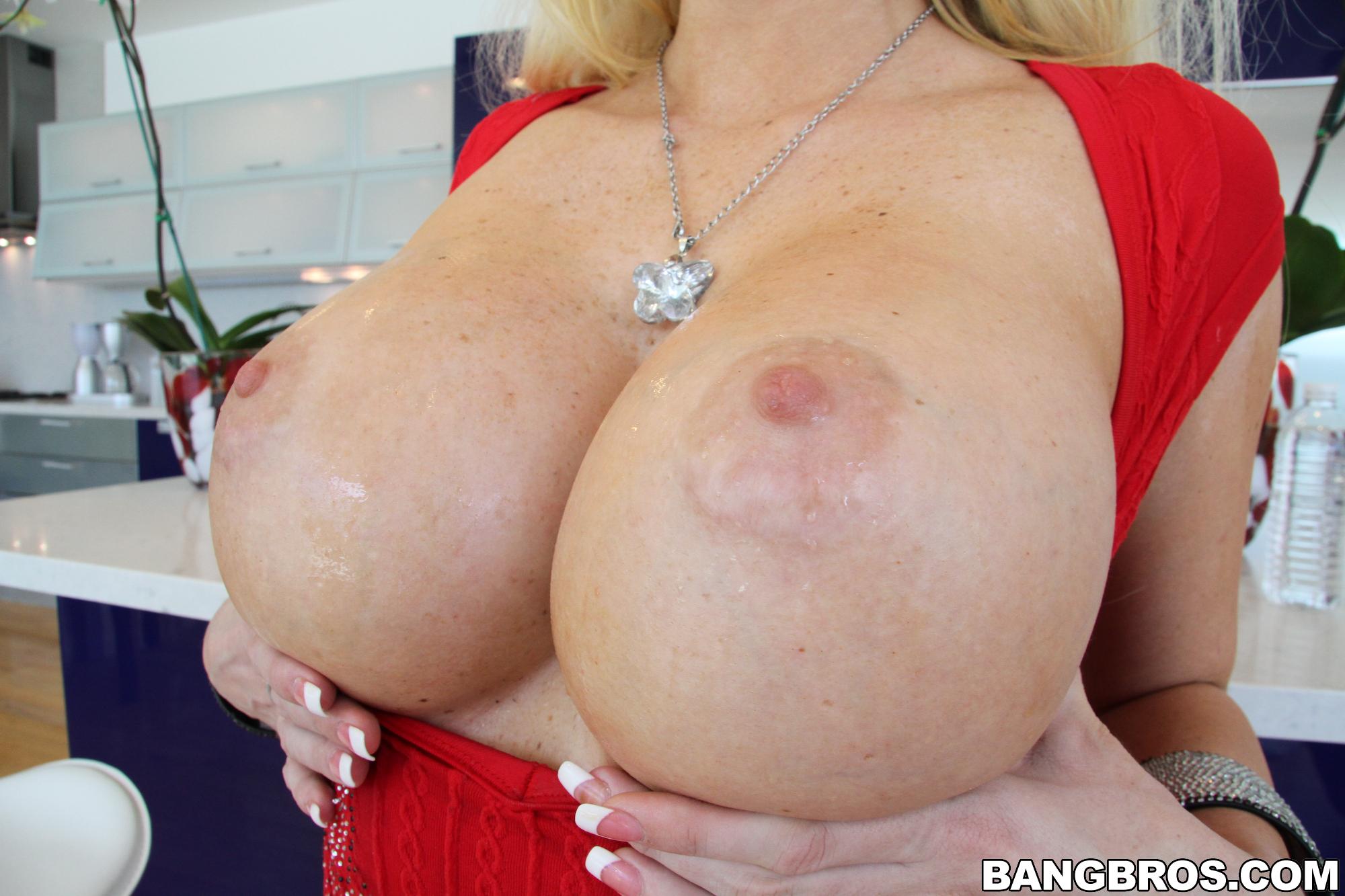 Courtney Taylor abre su golosa conchita