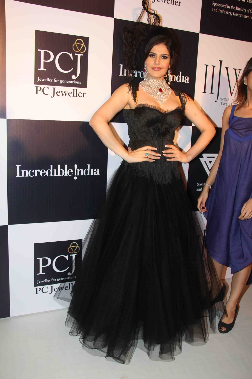 Zarine Khan Ramp Walk At IIJW Day Two Show HQ 11 images  AdoVOuLa
