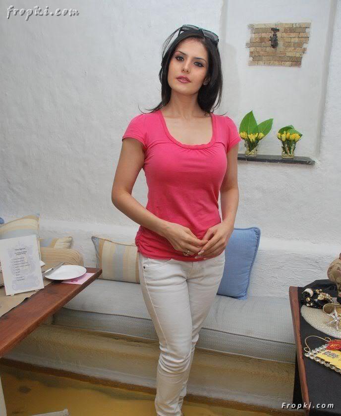 Zarine Khan looks sexy in pink T-Shirt AbodfdEK